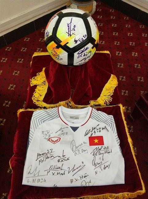 Đang đấu giá quả bóng và chiếc áo đội tuyển U23 Việt Nam tặng Thủ tướng