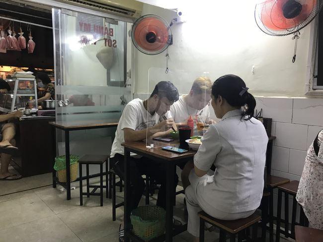 Hà Nội đóng cửa quán ăn đường phố, các quán ăn phục vụ trong nhà phải đảm bảo giãn cách 2m