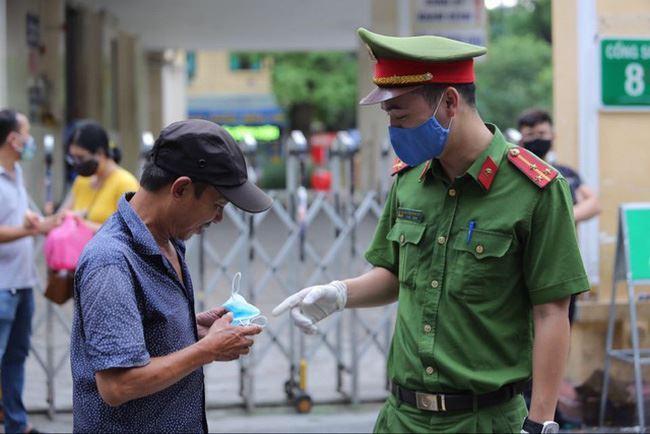Hà Nội bắt buộc người dân đeo khẩu trang, tạm dừng karaoke, bar, quán game